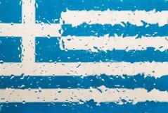 水滴在希腊旗子背景的 浅深度的域 选择聚焦 定调子 免版税库存照片