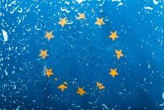 水滴在欧盟旗子背景的 浅深度的域 选择聚焦 定调子 免版税图库摄影