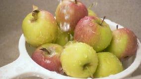 水滴在滤锅慢动作的苹果落 股票视频
