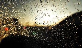 水滴抽象背景在汽车玻璃的 免版税库存图片