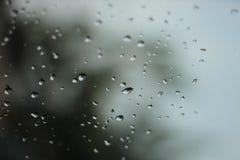 水滴是由雨小滴造成的在清楚的玻璃 免版税库存图片