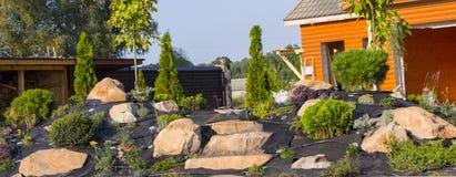 水滴灌溉的设施在日本式的庭院里 免版税库存照片