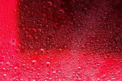 水滴红色表面上的 宏观抽象照片,背景, 图库摄影