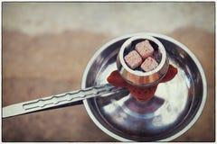 水烟筒的热的煤炭在碗 图库摄影