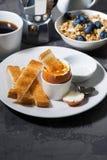 水煮蛋、多士和咖啡早餐 免版税库存照片