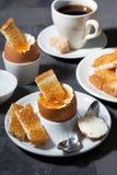 水煮蛋、多士和咖啡早餐 免版税库存图片