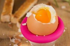 水煮蛋在桌上的早餐在装煮好带壳蛋之小杯 库存图片