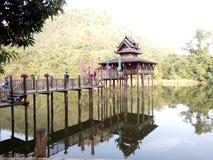 水的中部由木头制成 图库摄影