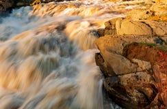 水的力量在岩石的 库存照片