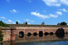 水的史特拉斯堡法国建筑在一热的夏天sunn 库存照片