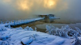 水的渔房子在雾 图库摄影