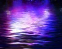 水的表面上的概念反射 皇族释放例证