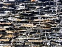 水秋天和泼溅物从无限水池通过石瓦片 免版税库存照片