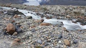 水移动的岩石 免版税库存图片