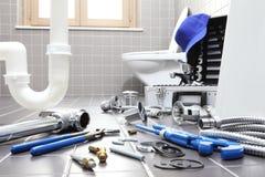 水管工工具和设备在卫生间里,测量深度修理servi 免版税库存照片