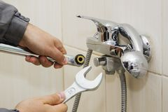 水管工递定象与扳手的水龙头 库存图片
