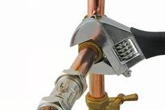 水管工`拉紧铜15mm管道工程管组的s板钳 免版税图库摄影