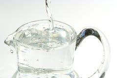水罐倾吐的水 免版税库存照片