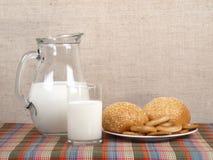 水罐大面包牛奶 免版税库存照片