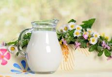 水罐牛奶 免版税库存图片