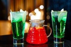 水罐用果子柠檬水和玻璃与鸡尾酒 免版税库存图片