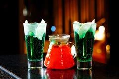 水罐用果子柠檬水和玻璃与鸡尾酒 库存图片