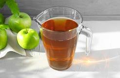 水罐用汁液和新鲜的苹果 图库摄影