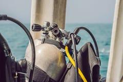 水肺在小船的压缩空气坦克 潜水准备好 免版税库存图片