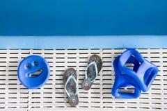 水色健身房的运动器材 免版税库存图片