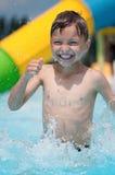 水色公园的小男孩 图库摄影