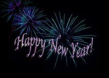 水色和紫色烟花新年快乐 免版税库存照片