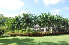 水色珍珠湖手段的庭院 免版税库存图片