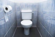 水色蓝色铺磁砖洗手间 免版税库存照片