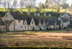 水草甸在美丽如画的村庄拜伯里 免版税图库摄影