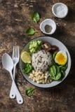 水菰,煮沸的鸡蛋,菠菜,鲕梨纯汁浓汤,豆,蕃茄在木背景,顶视图的菩萨碗 食物健康素食主义者 库存照片