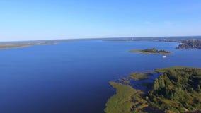 水表面、海岛和马达船鸟瞰图在湖Seliger,俄罗斯 影视素材