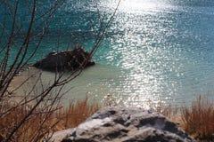 水表面上的太阳光芒 免版税图库摄影