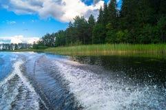 水表面上的泡沫似的足迹在快行汽艇后 湖塞利格,俄罗斯 库存照片