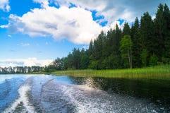 水表面上的泡沫似的足迹在快行汽艇后 湖塞利格,俄罗斯 库存图片