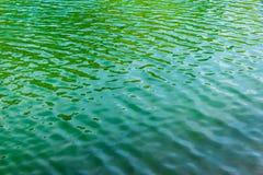 水表面上的绿色波纹在湖 免版税库存照片