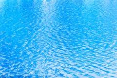 水表面上的蓝色波纹在湖 免版税库存图片