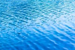 水表面上的蓝色波纹在湖 库存照片