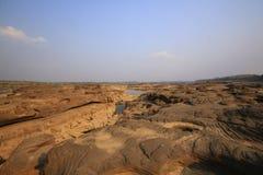 水被腐蚀的岩石踪影  库存图片