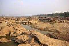 水被腐蚀的岩石踪影  免版税库存图片