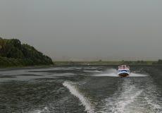 水警察巡逻巡逻在雷暴前面的奥卡河 库存照片