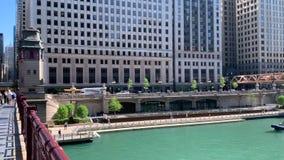 水警艇巡航在芝加哥河的拉萨尔街桥梁下 影视素材