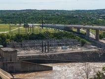 水闸打开在一个发电水坝 免版税库存照片