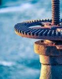 水闸生锈的轮子和齿轮有蜘蛛网的 库存照片