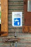 水饮水器或轻拍和标志 库存照片