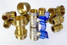 水龙头和配件供水的 管子附件和管道系统的零件 有益健康和技术工作 免版税库存图片